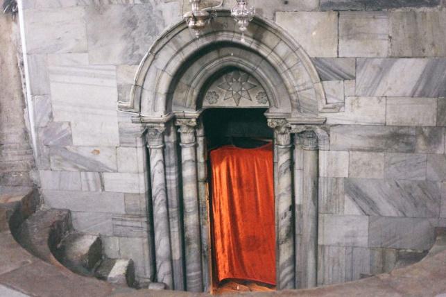 Cortina roja en el portal de Belén