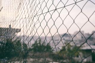 La reja que mira a los asentamientos