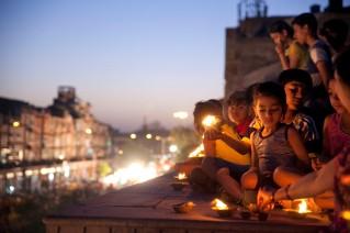 Un grupo de niños encienden velas en un tejado de Jaipur.