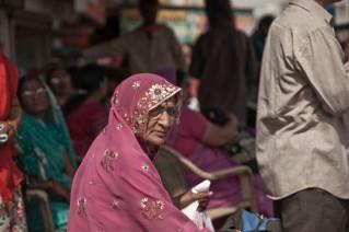 La espera del autobús en Pushkar, Rajastán
