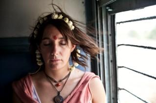Macarena en sus meditaciones del tren
